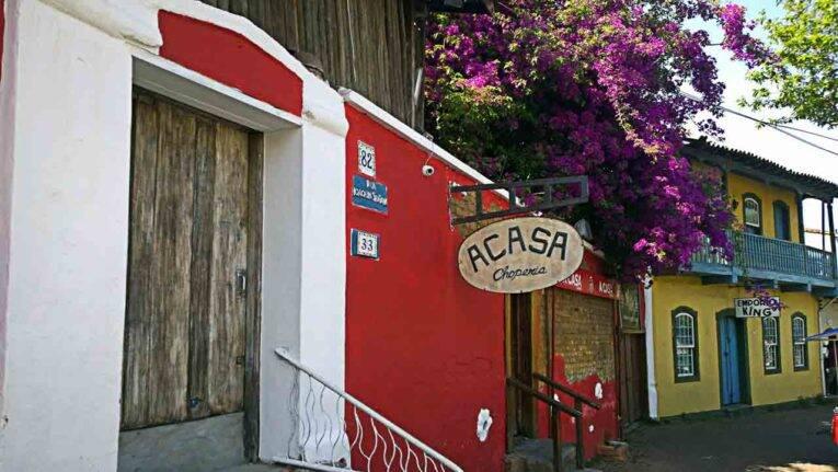 Ruas e comércios de Embu das Artes, bate e volta em São Paulo