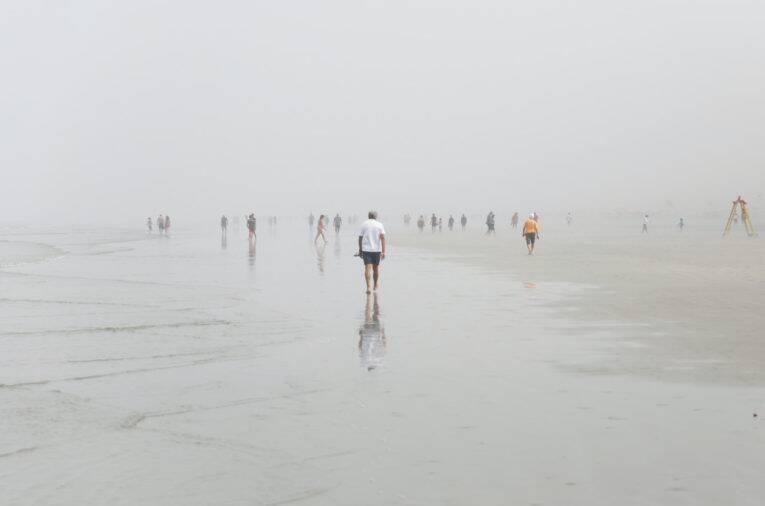 Praia do Gonzaga em Santos, coberta pela neblina. - Bora pra santos