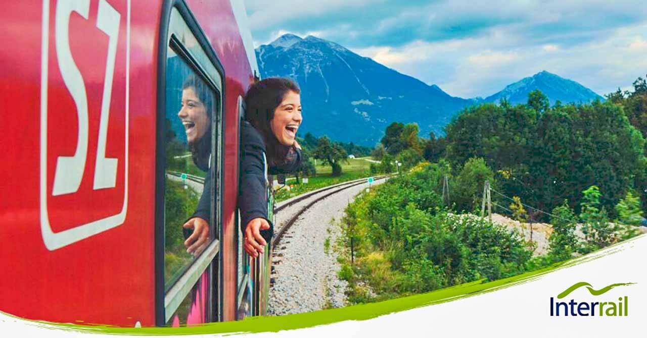 Mulher viajando de trem na Europa: uma das ótimas opções para viagens depois dos 50 anos.