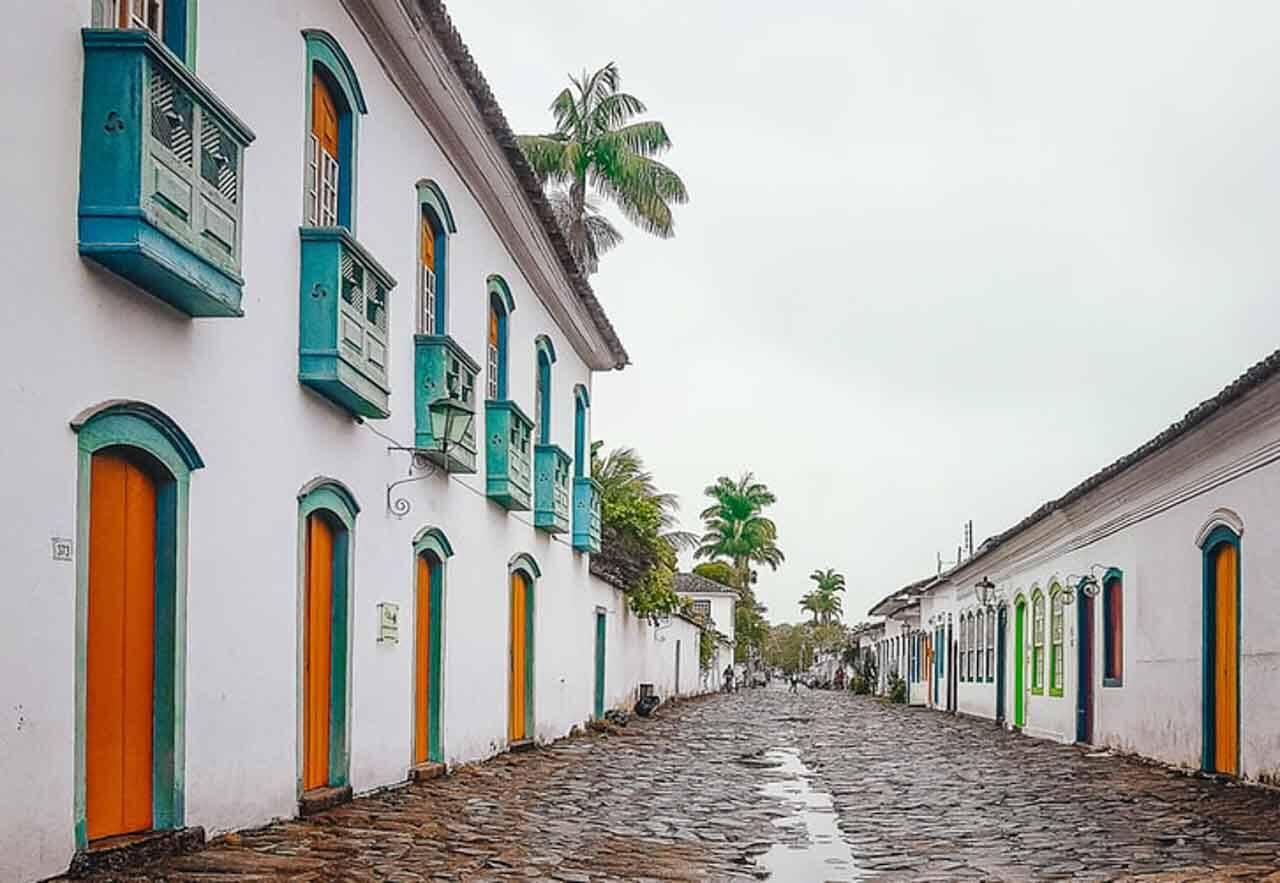 As ruas de paralelepípedo de Paraty no Rio de Janeiro: uma das cidades históricas mais famosas e maravilhosas do Brasil