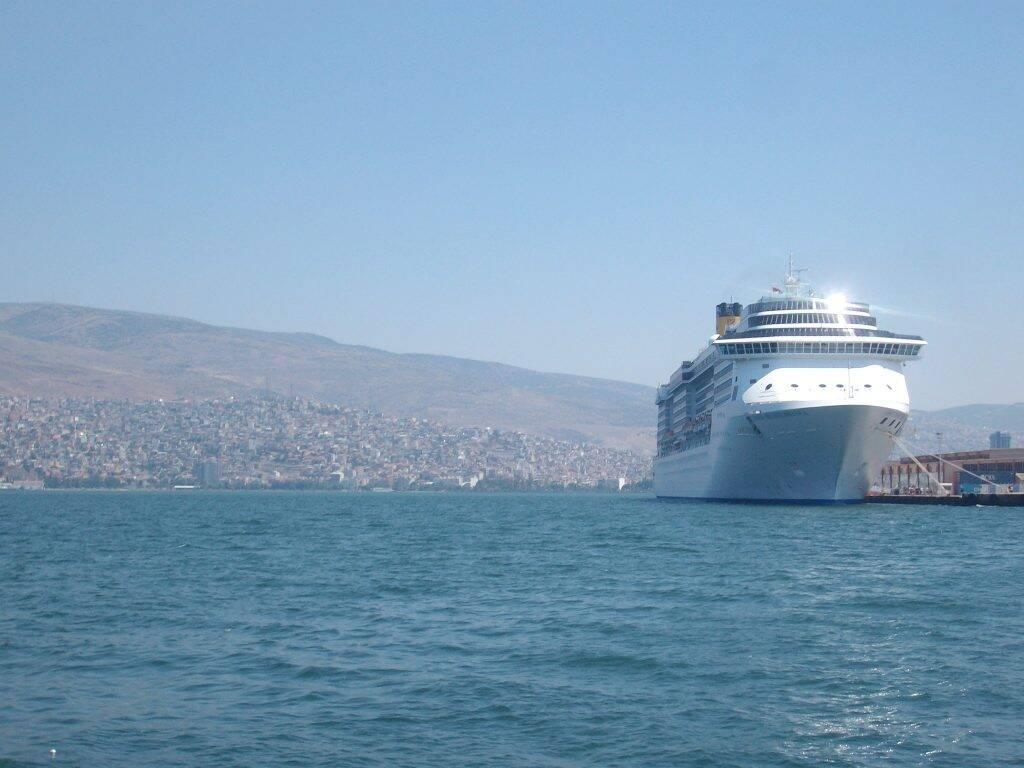 O navio Costa Mediterranea atracado no Porto de Izmir, na Turquia. - voltando a ativa