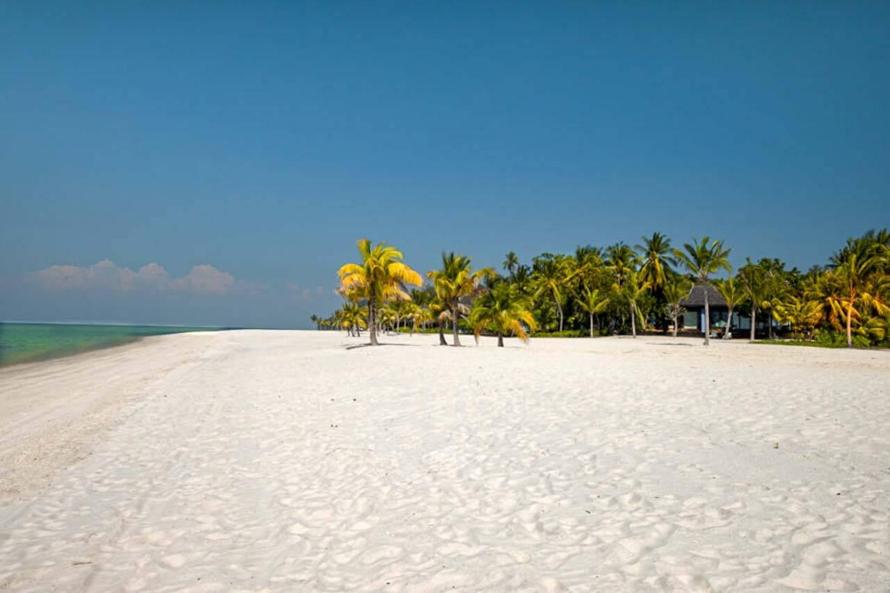praia de areia colorida chamada Tengkorak em Langkawi na Malásia.