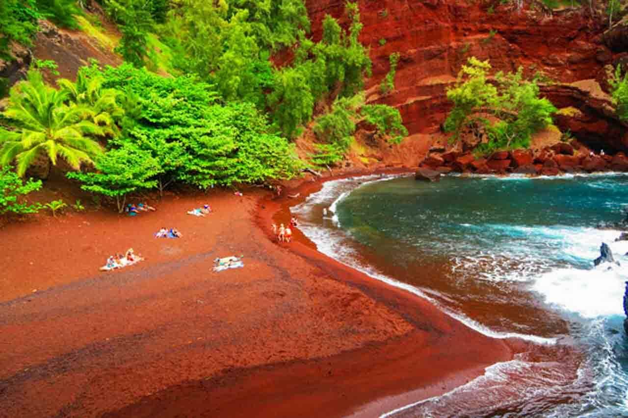 Praia de areia vermelha em Kaihalulu no Havaí, Estados Unidos.