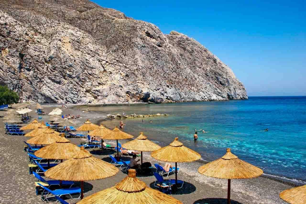 Perissa beach em Santorini na Grecia.