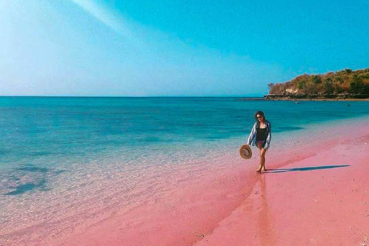 Pink Beach em Lombok, Indonesia. Praia de areia rosa na Indonésia