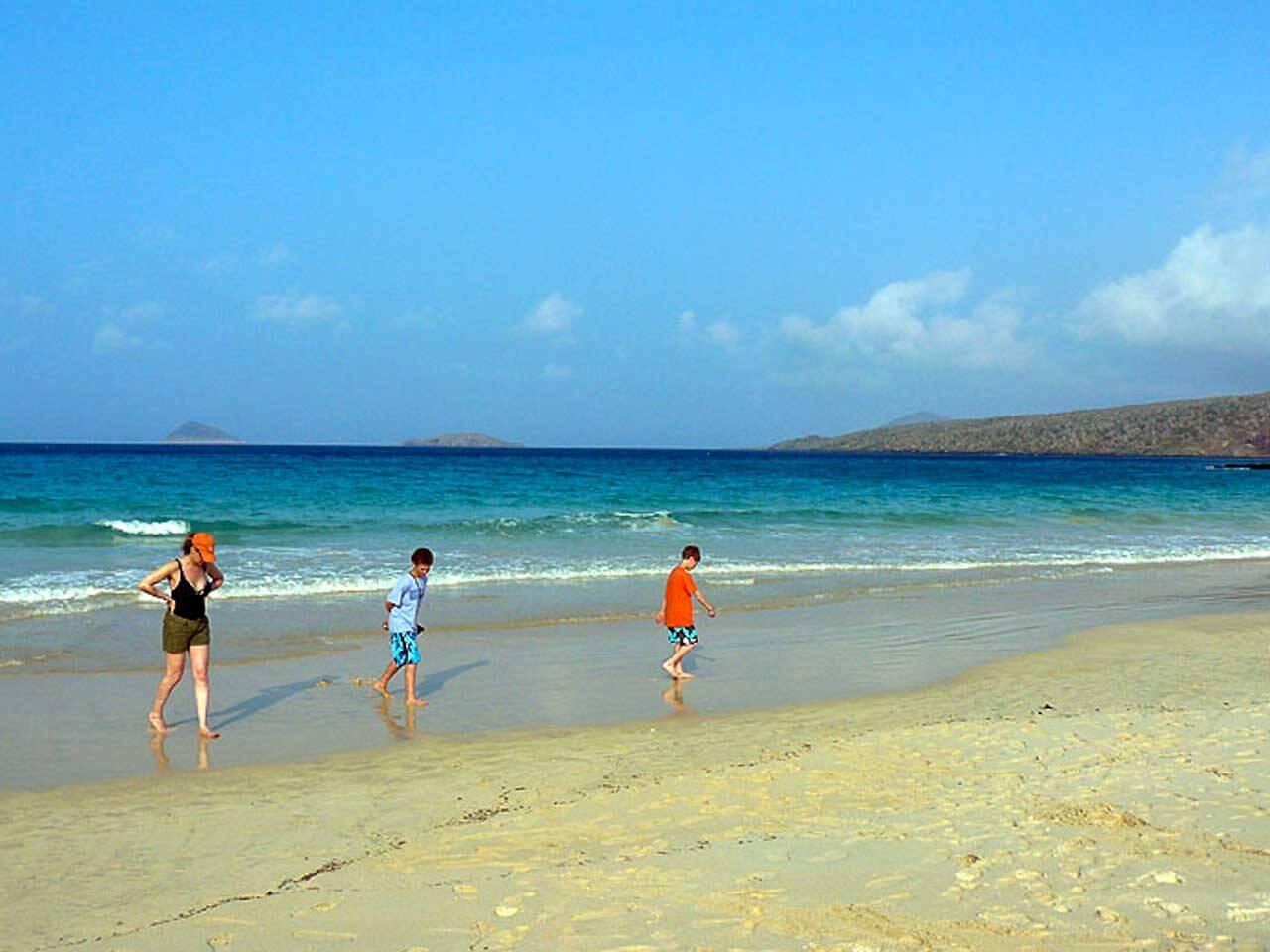 Praia de areia colorida em Punta Cormorant em Galapágos.