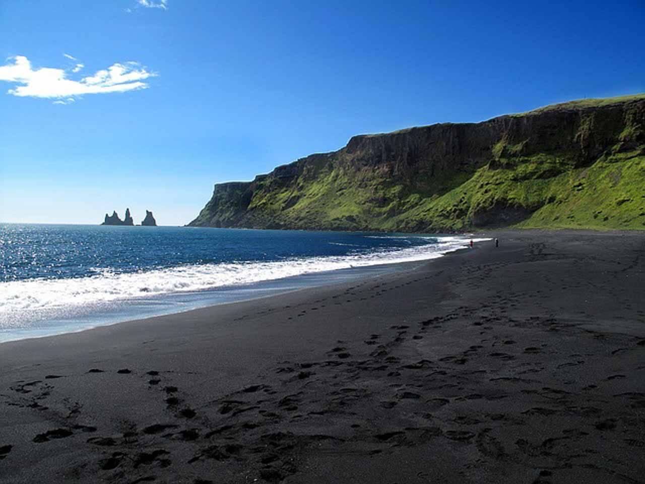 Vík í Mýrdal beach, praia de areia preta na Islândia.