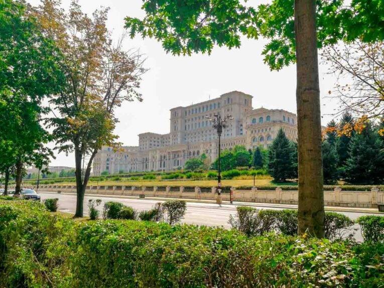 Palácio do Parlamento de Bucareste, o maior palácio do mundo. - cidades da europa mais baratas