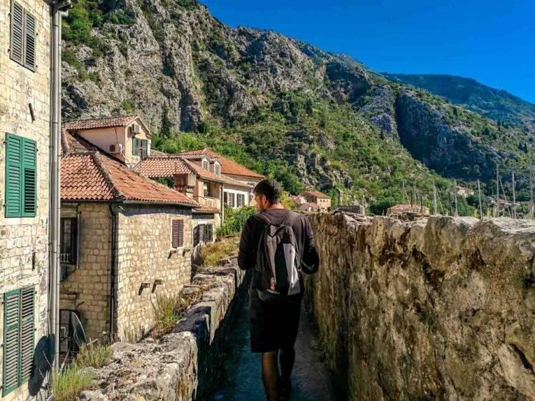 Pelas muralhas da cidade medieval de Kotor, Montenegro.