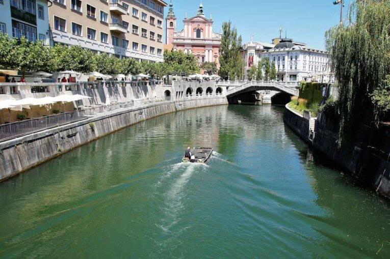 Pelos canais de Liubliana, na Eslovênia.
