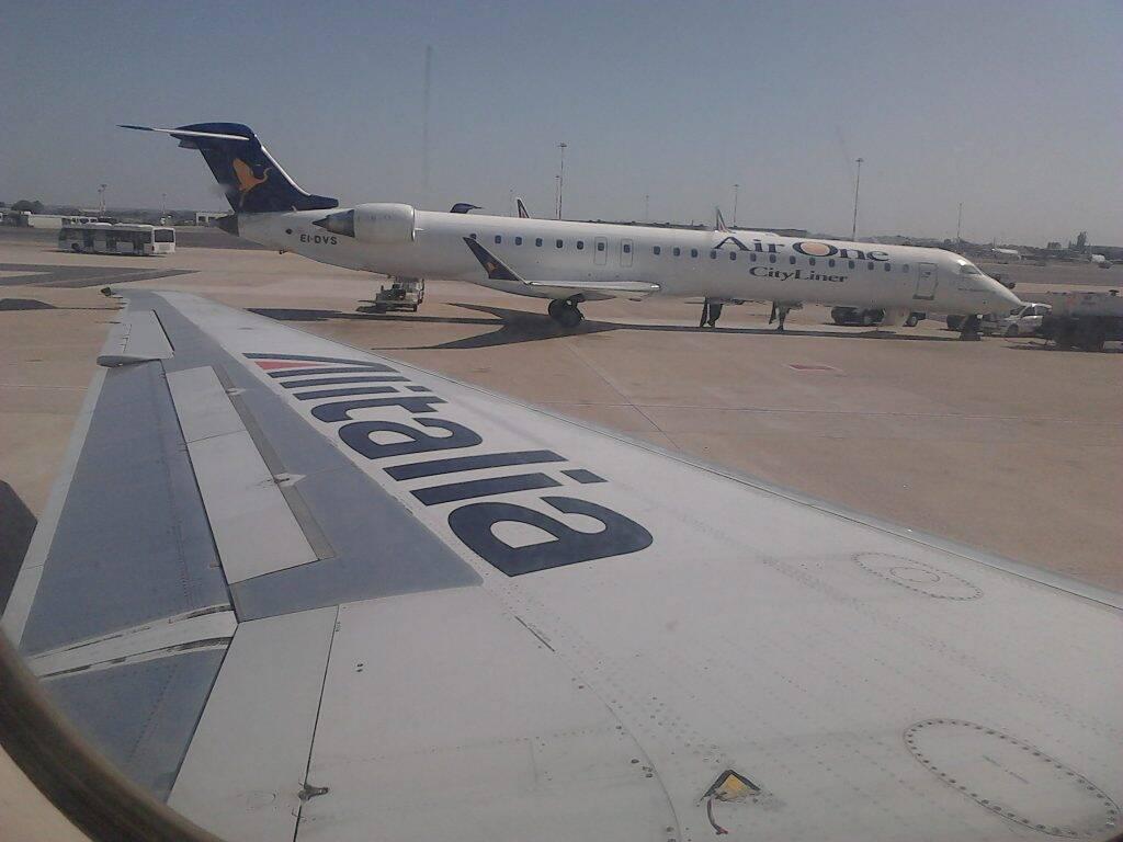 Chegando no aeroporto de Roma, com a companhia Alitalia. - pequena Celle Ligure