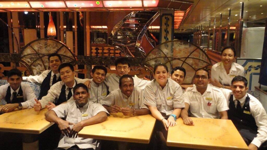A equipe de Snack Stewards com o supervisor indiano Yogesh Poojary. - Costa Mediterranea o começo