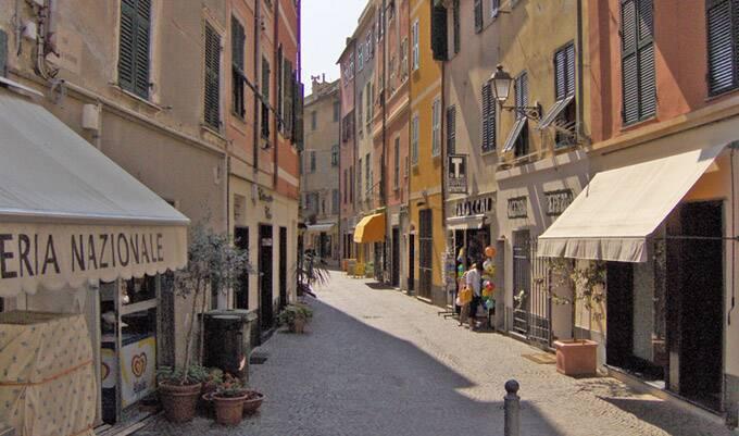 As vielas da pequena Celle Ligure, Itália.