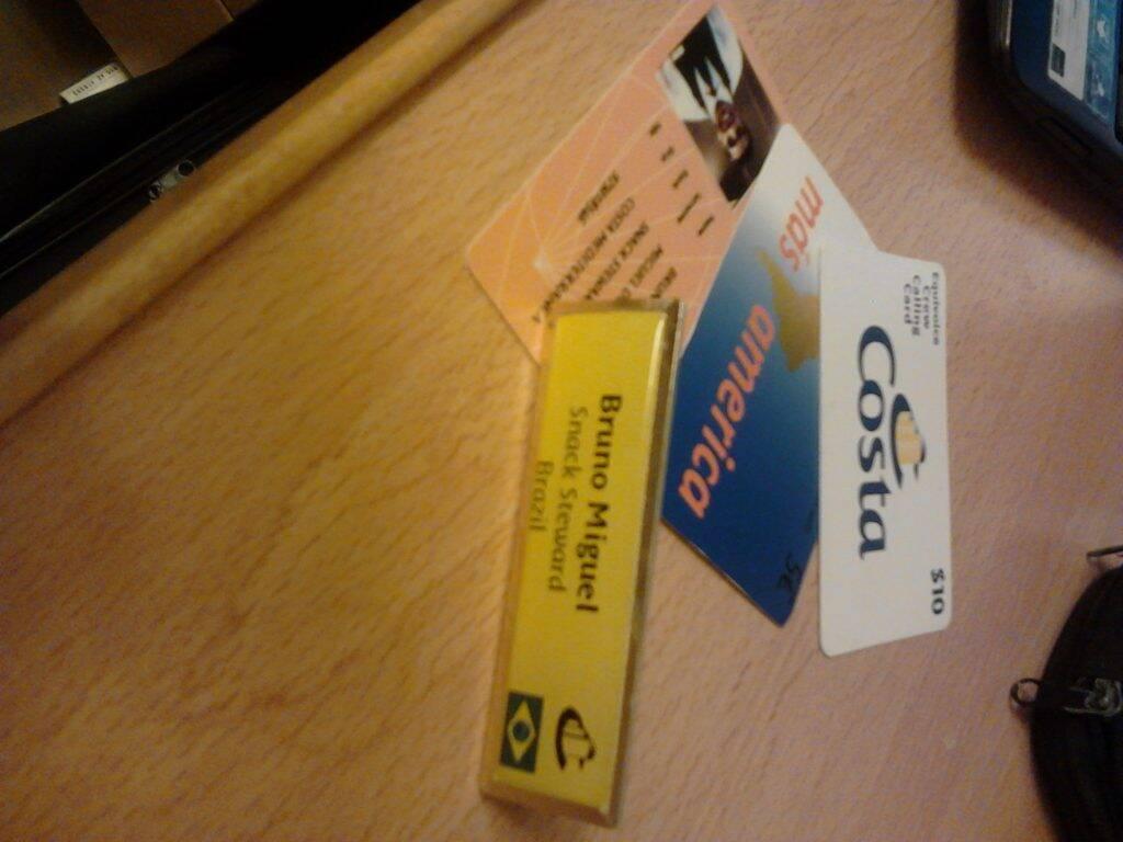 """Meu """"nametag"""", """"Crew pass"""" e cartões telefônicos das Costa Cruzeiros no dia do embarque"""