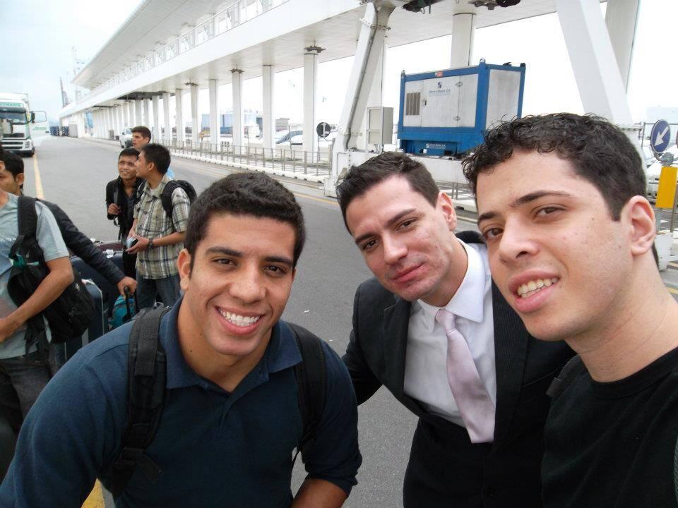 No dia do embarque em Savona com Julio e William, também do restaurante.