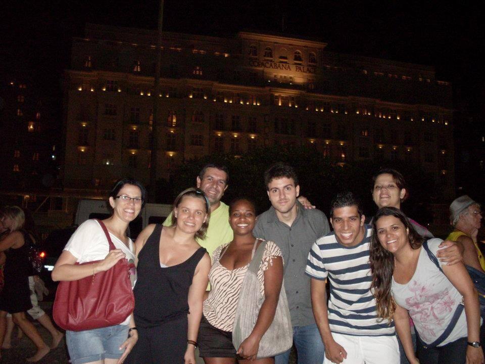 Em frente ao Copacabana Palace com nossos amigos do curso STCW no Rio de Janeiro