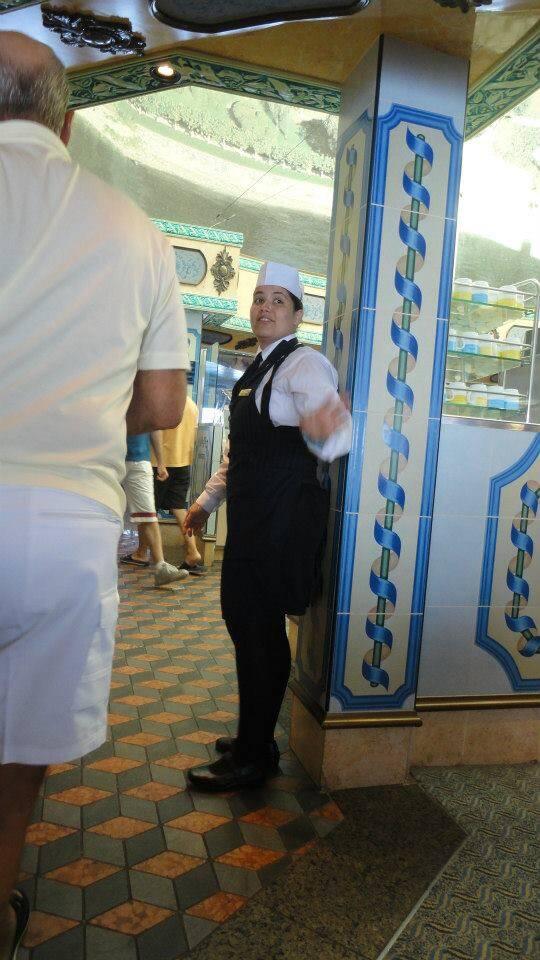 Débora fazendo um mamagaio no buffet do Mediterranea.