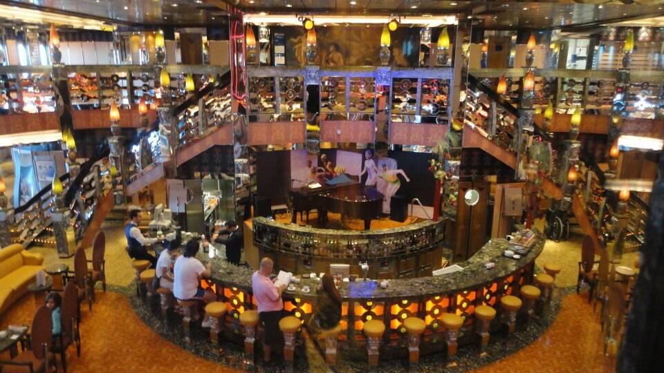 Training no restaurante, caso a bordo (mais um) e amigos que chegam no Costa Serena