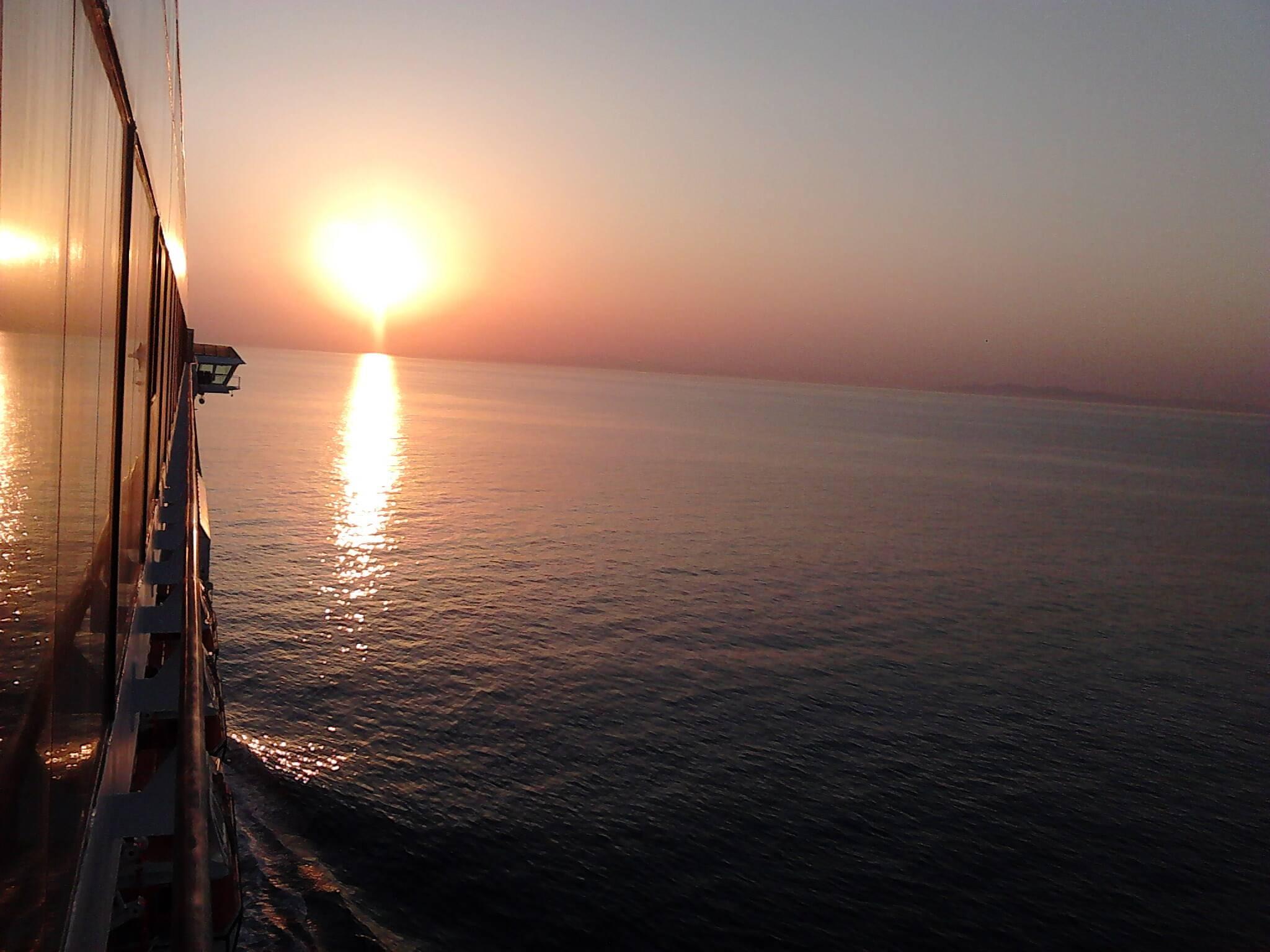 Mar negro a caminho de Istambul, na Turquia - trabalhar em navio de cruzeiros     black-sea-turkey-europe-ship-cruise-crew-cruising