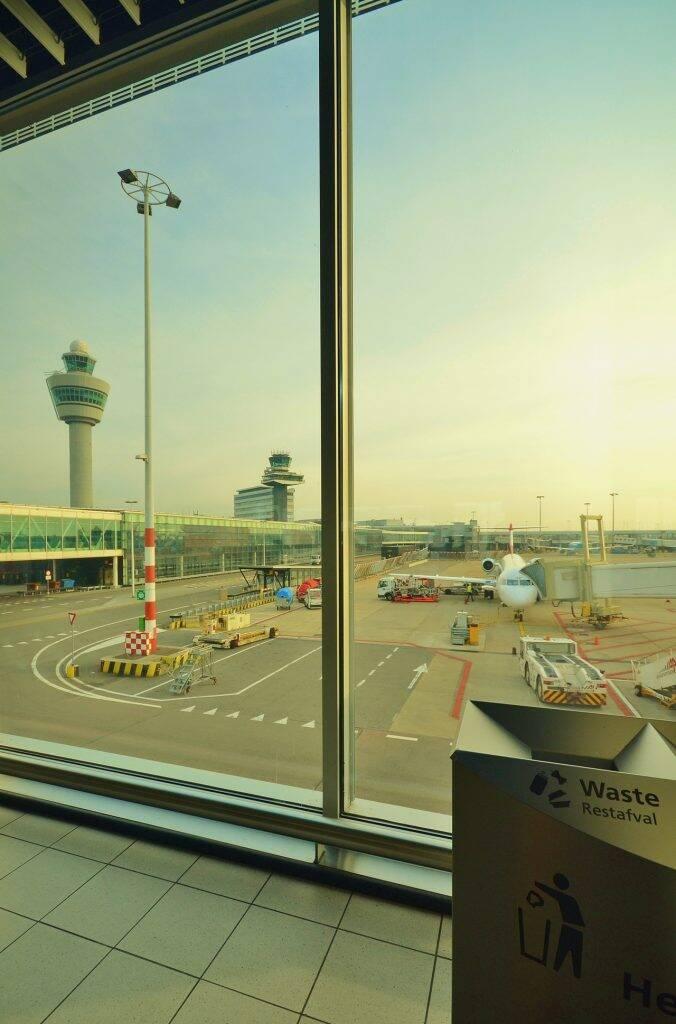 Sala de embarques no aeroporto. - despedindo da família para trabalhar em navio