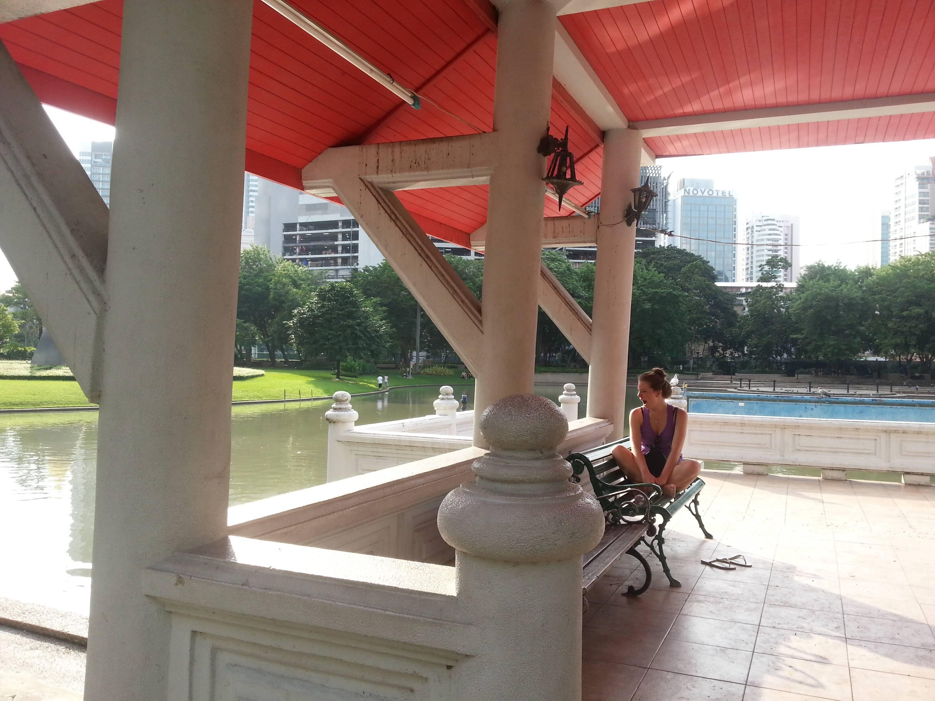 Eu morta de sono no Benjasiri Park, Bangkok