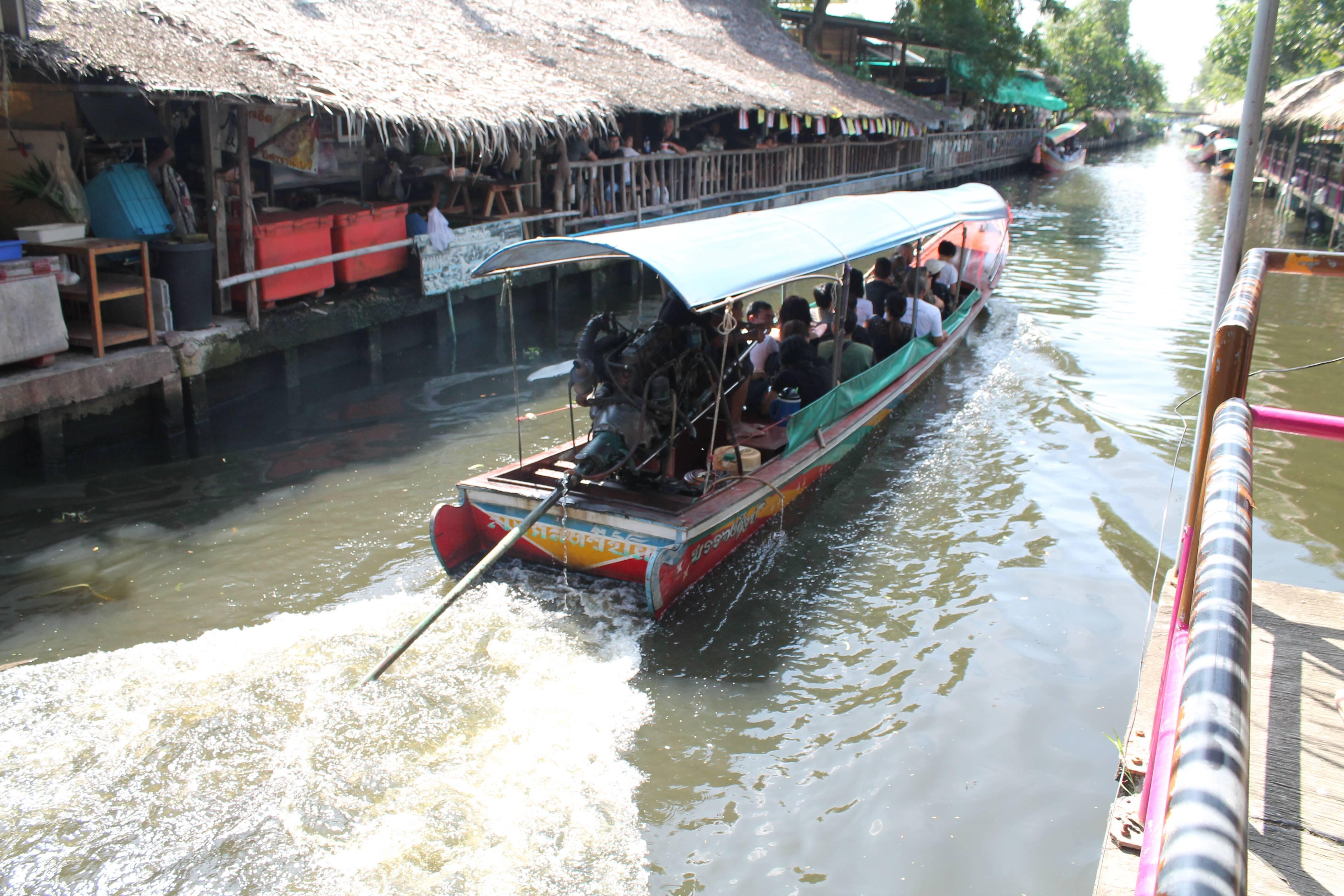 Longtail boats que cruzam os canais da região do Khlong Lat Mayom e Taling Chan - mercado flutuante