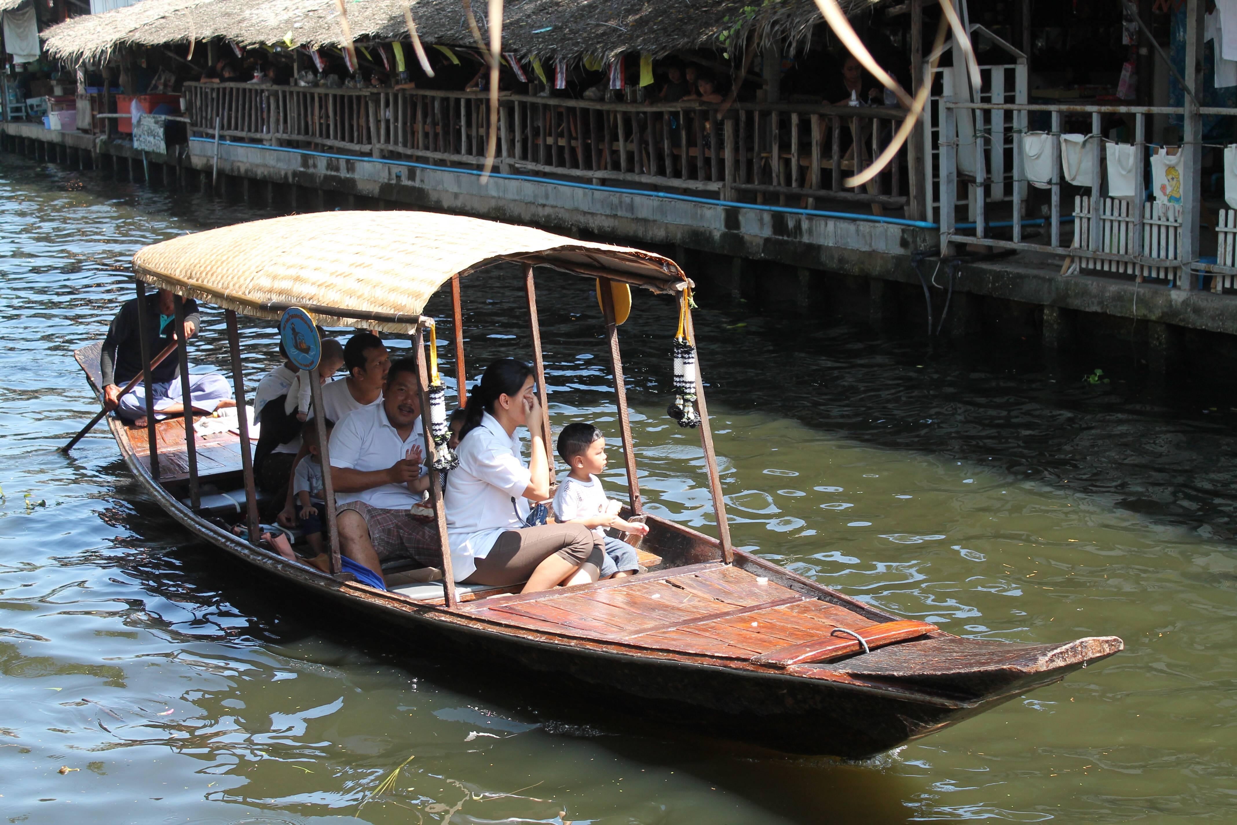 Moradores locais usando os barcos como transporte - Khlong Lat Mayom - Taling Chan - mercado flutuante em bangkok