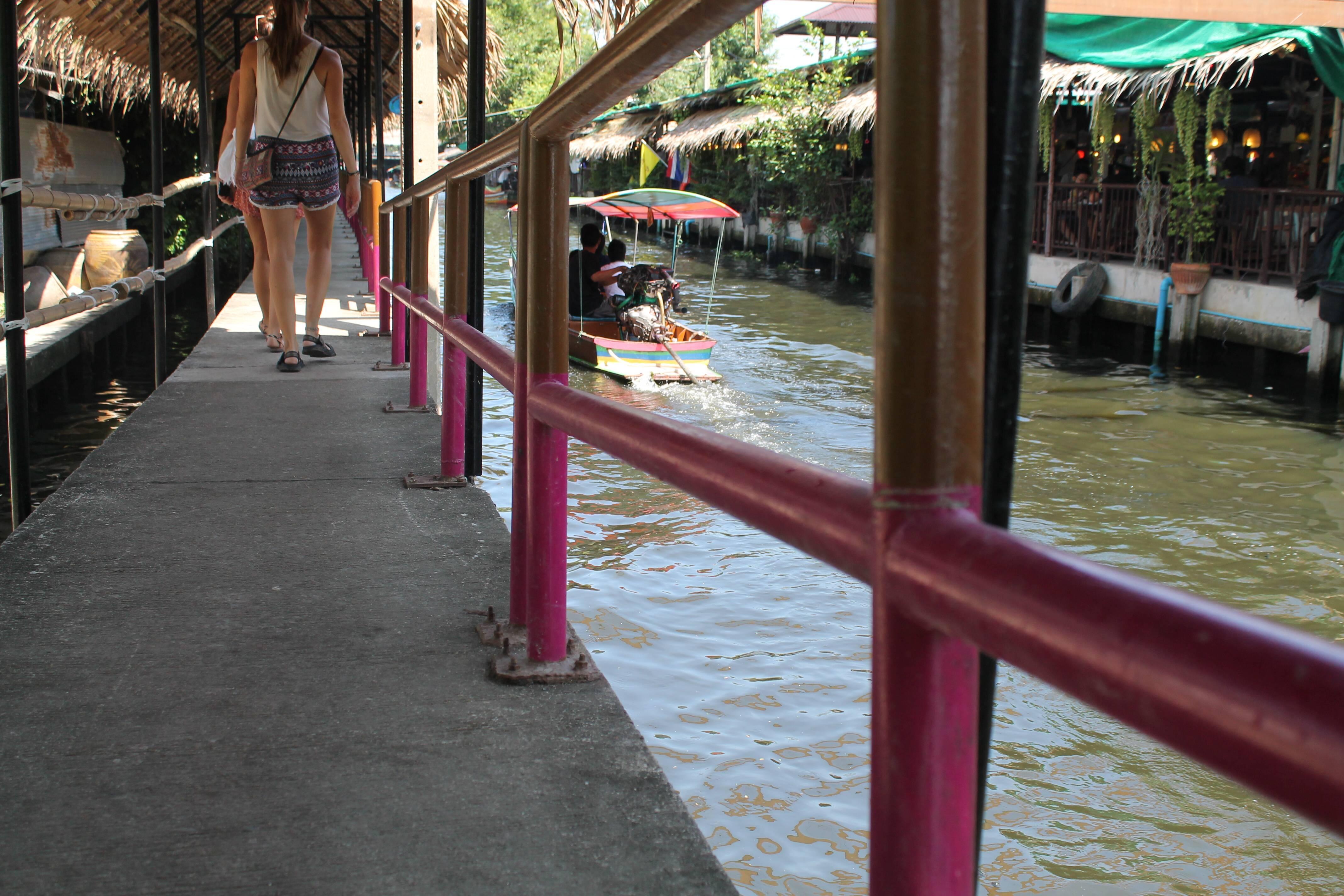 Skywalk que beira o canal do mercado Khlong Lat Mayom-Taling Chan - floating market