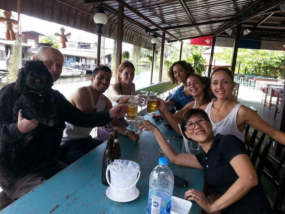 Um brinde ao nosso domingo maravilhoso com esse casal fantástico - Khlong Lat Mayom-Taling Chan mercado flutuante