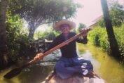 Senhor que rema e direciona o barco entre os canais do Khlong Lat Mayom