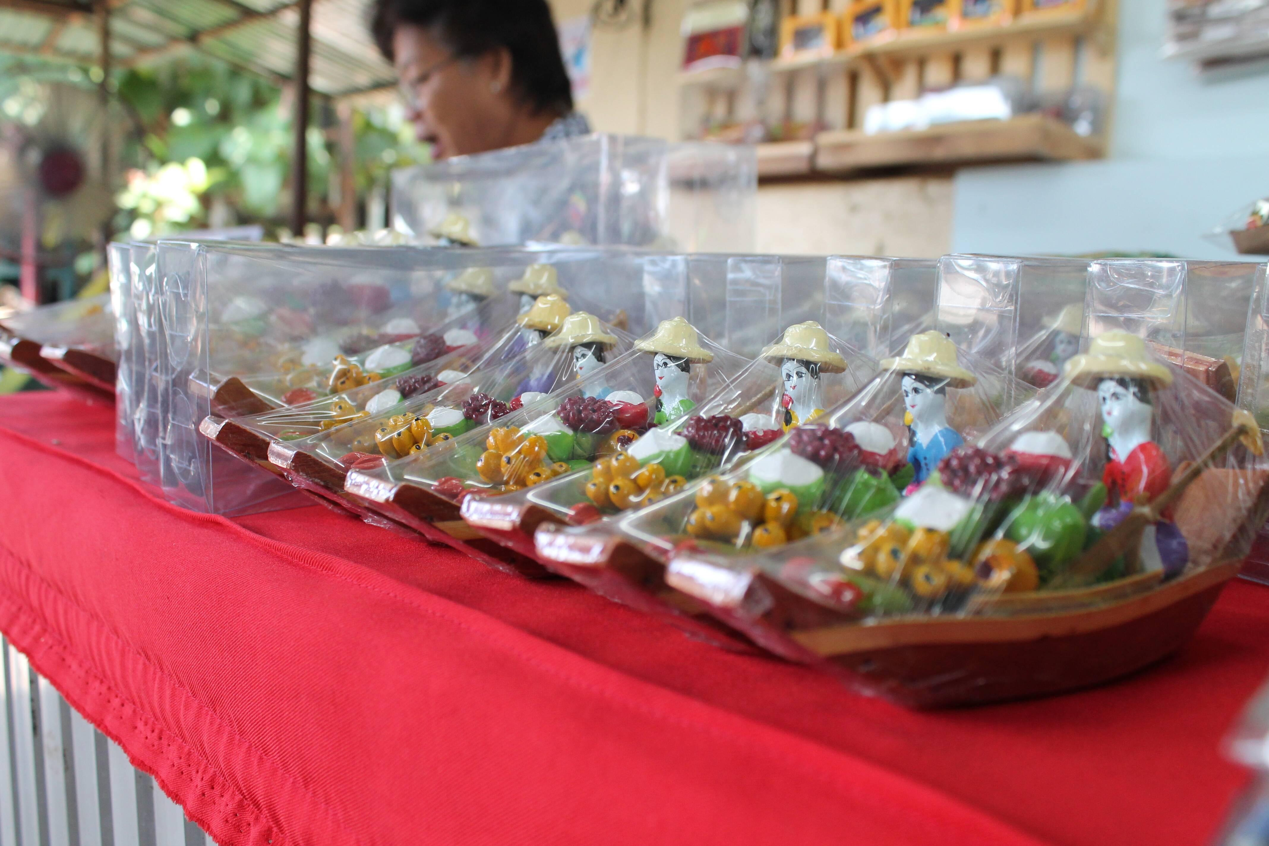 Os barquinhos que representam os mercados flutuantes da Tailândia
