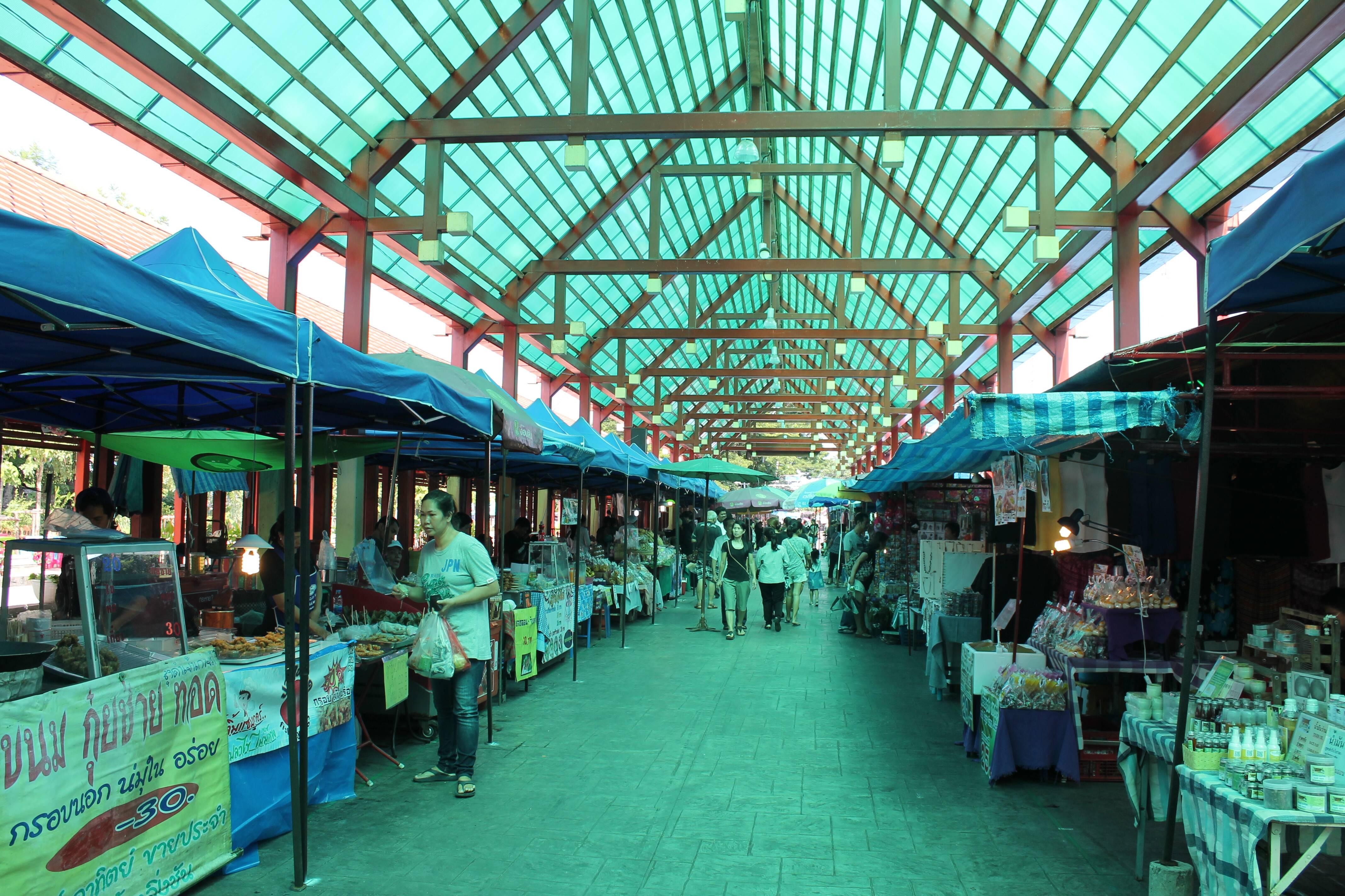 Mercado de variedades, que leva até o pier para o mercado flutuante-taling_chan