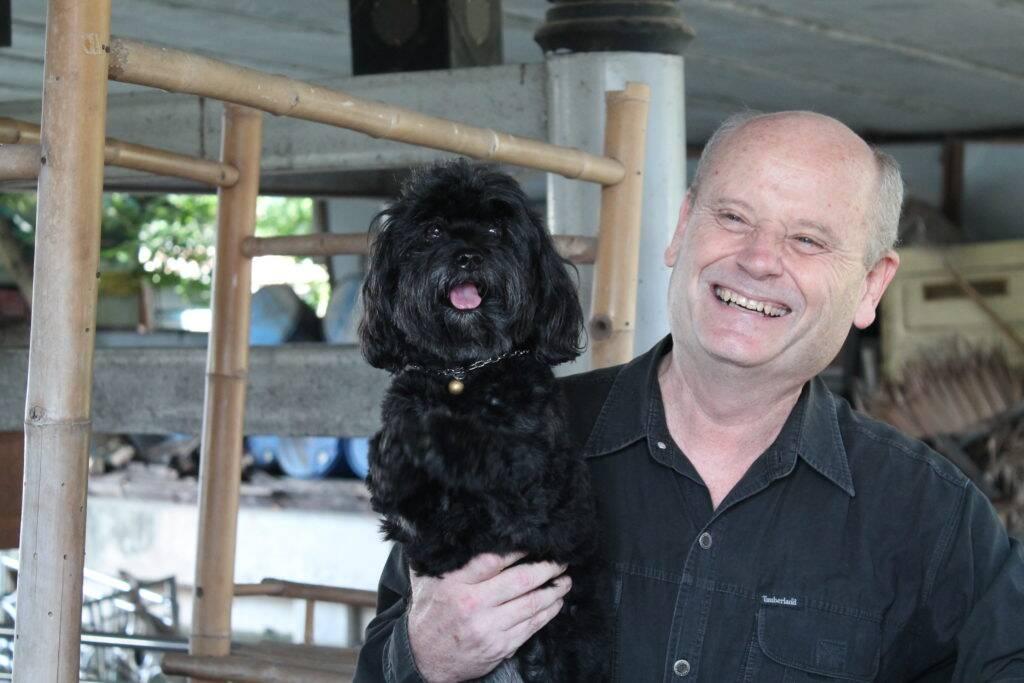 Jeff e Spinxs, o cachorro que faz o Wai - Taling Chan