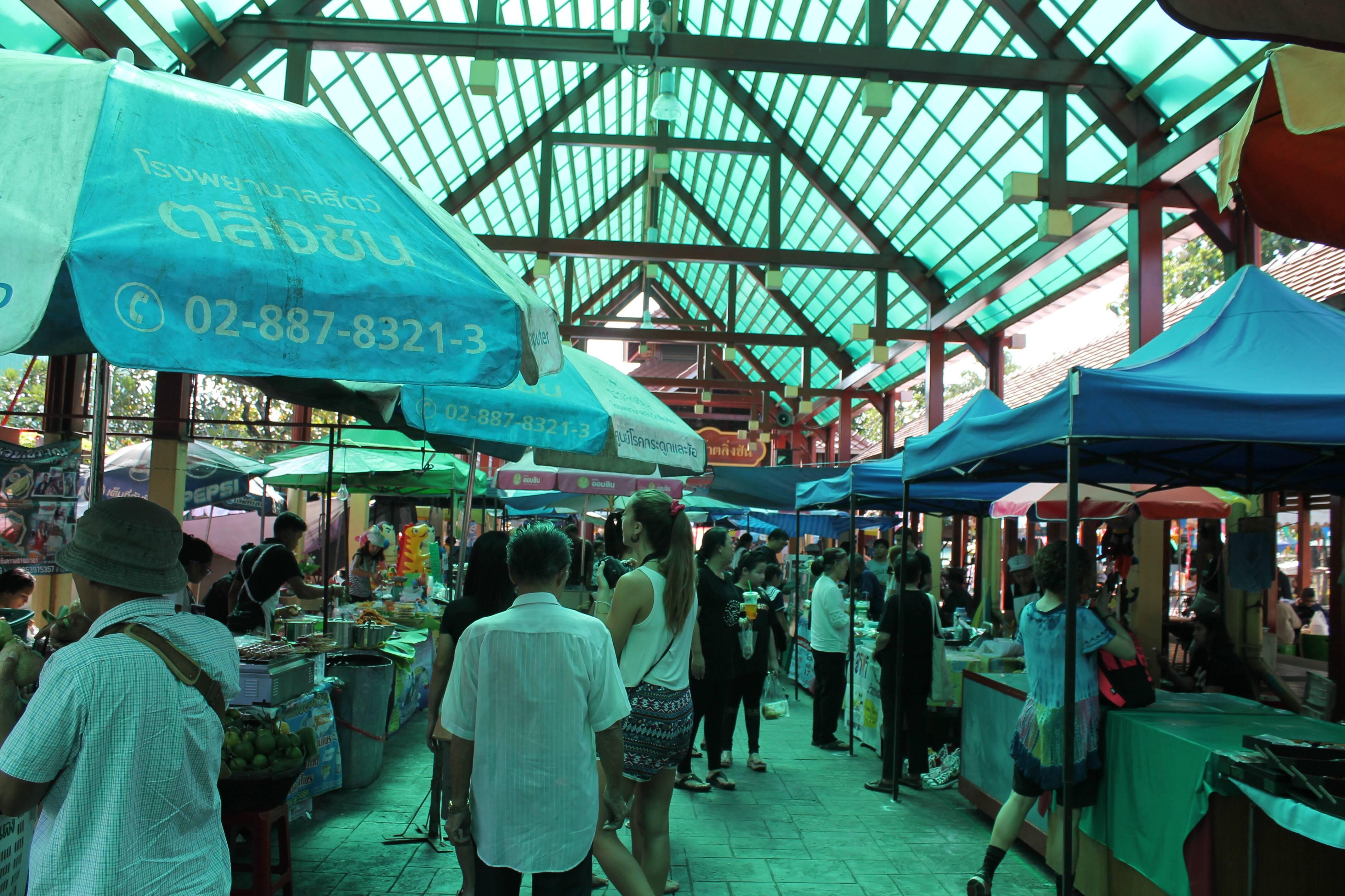 Mercado antes do pier do Taling Chan - mercado flutuante em Bangkok