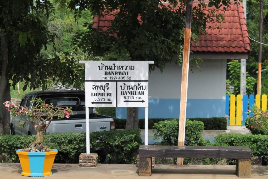 Placa de indicação das paradas do trem: super útil Trem na Tailândia
