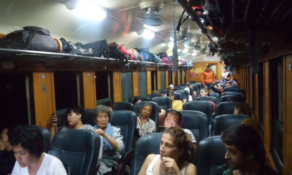 Espaço para bagagens no trem de Bangkok para Chiang Mai - Trem na Tailândia