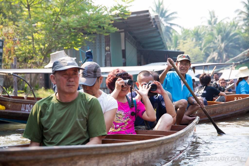 Turistas no Mercado Flutuante de Damnon Saduak | Foto: Lake Diary
