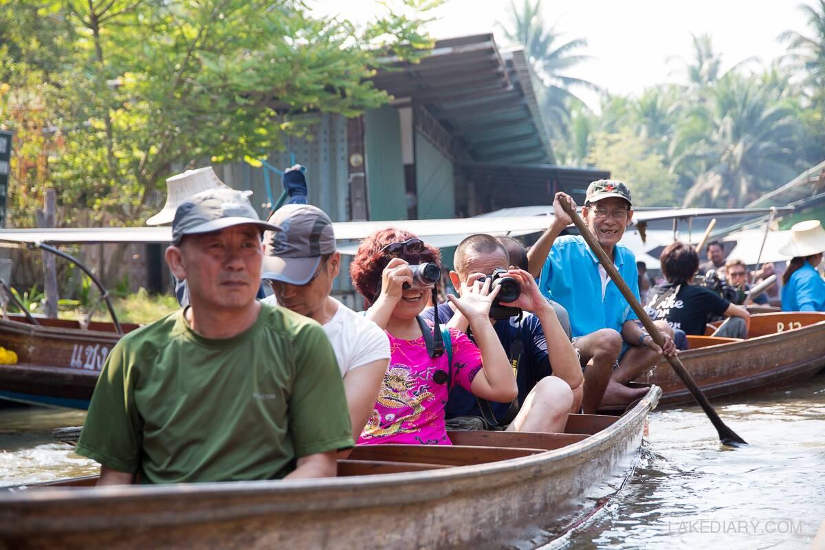 Turistas no Mercado Flutuante em Bangkok Damnon Saduak | Foto: Lake Diary