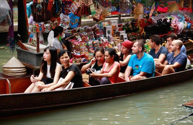 Turistas no Mercado Flutuante de Damnon Saduak | Foto: Petch Tour Group