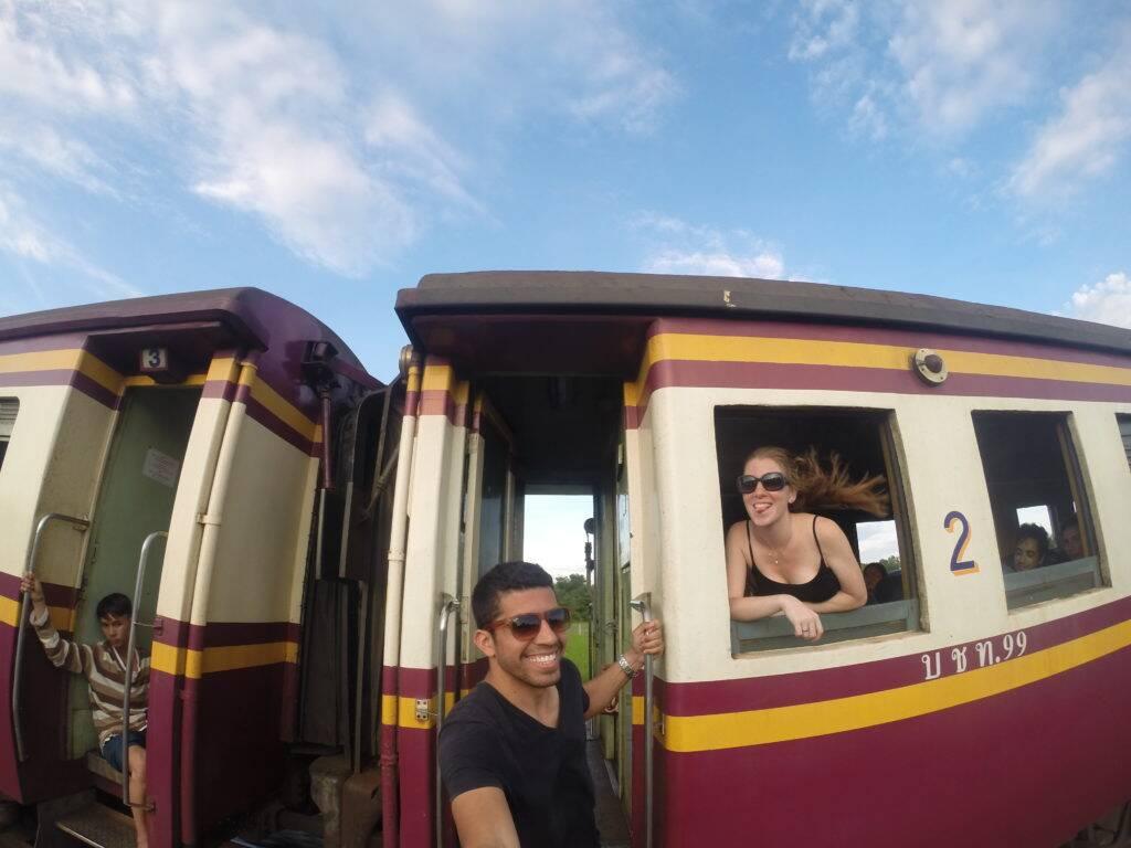 Casal naproadavida viajando de trem de Bangkok para Chiang Mai, Trem na Tailândia