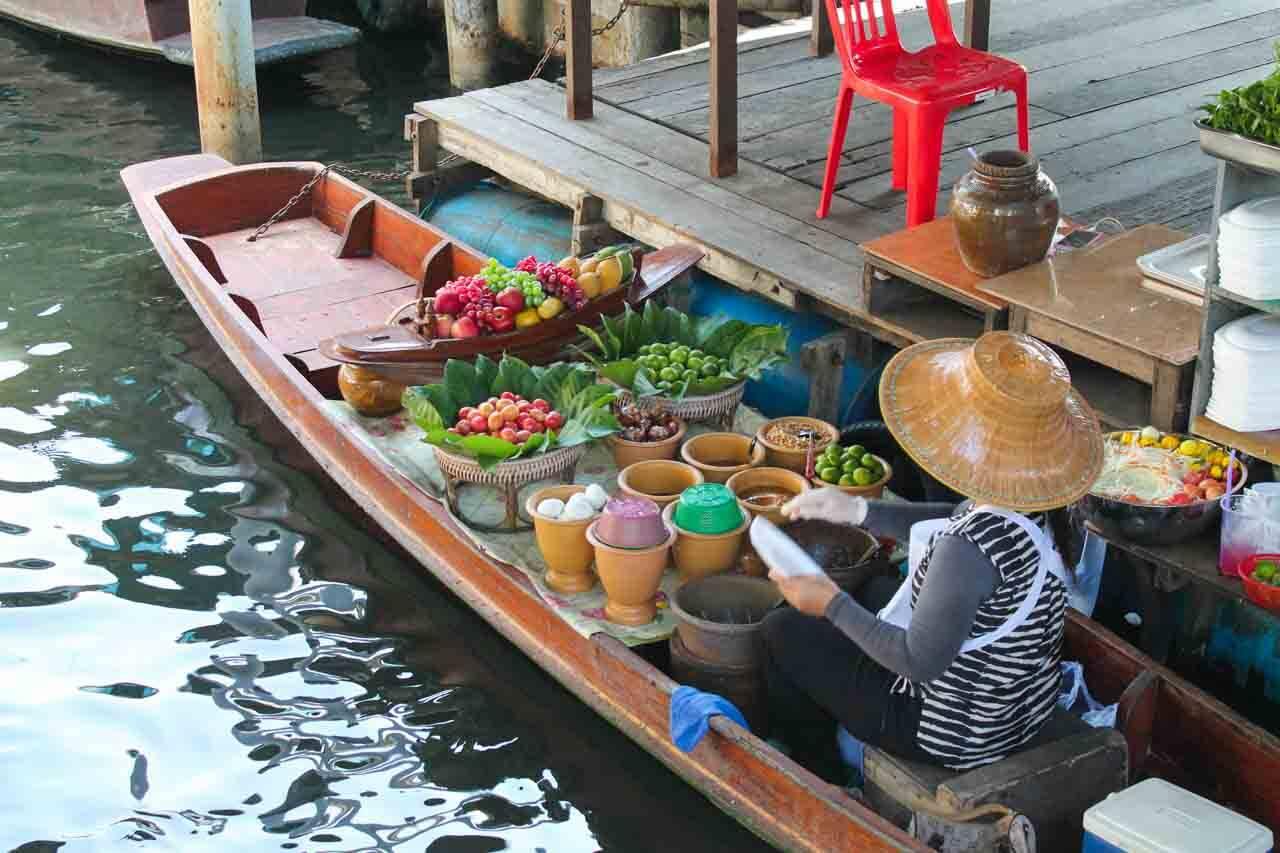 Vendedora no mercado flutuante - o que fazer em Bangkok