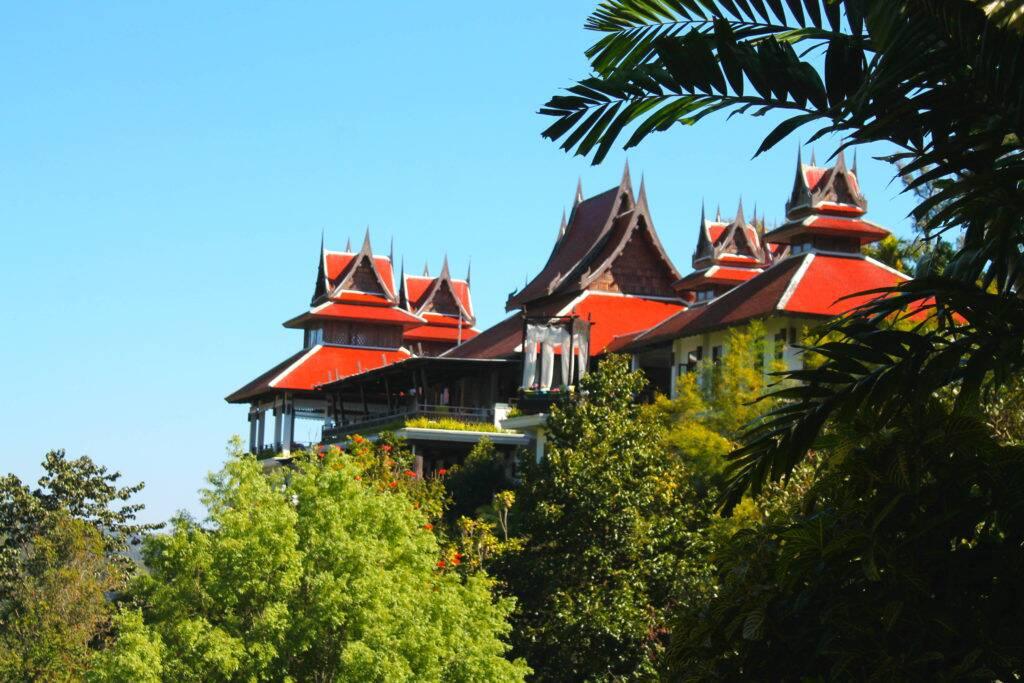 Panviman Chiang Mai Spa Resort - A parte da recepção e restaurante vistos desde a piscina