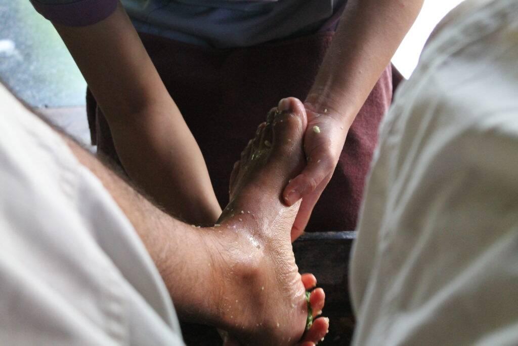 Panviman Chiang Mai Spa Resort - Início da massagem com esfoliação nos pés