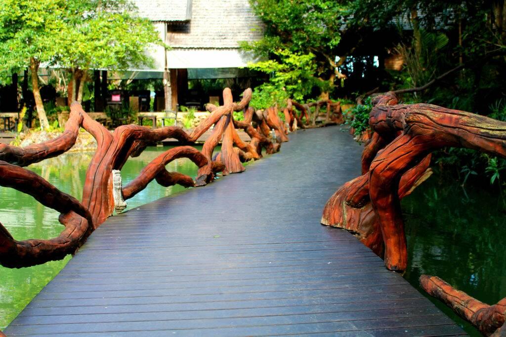 Pequena ponte sobre o lago com carpas, que leva ao Spa - Panviman Chiang Mai Spa Resort