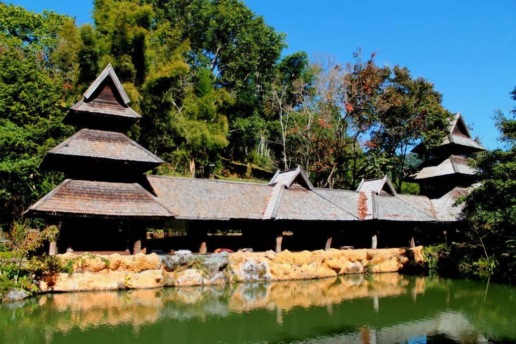 Uma parte aberta do Spa em frente ao lago com as carpas - Panviman Chiang Mai Spa Resort