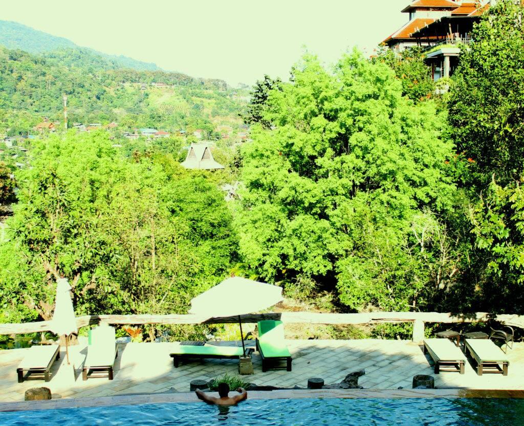 Panviman Chiang Mai Spa Resort - piscina e muita área verde em volta