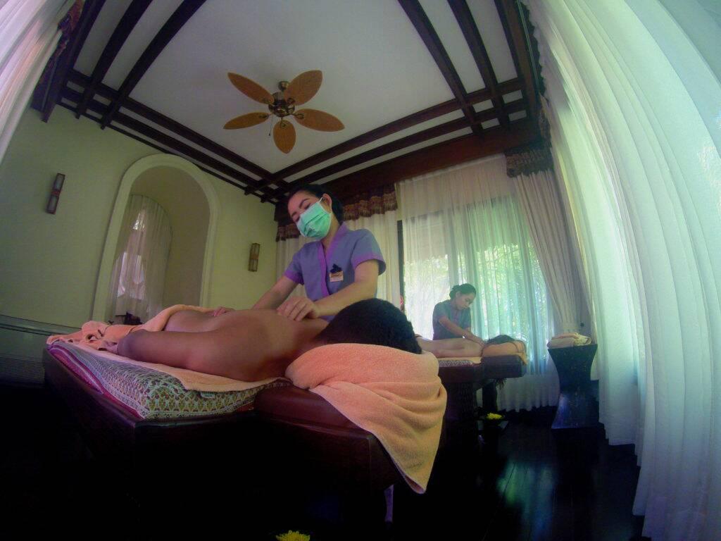 Recebendo uma massagem maravilhosa no spa do Panviman Resort.