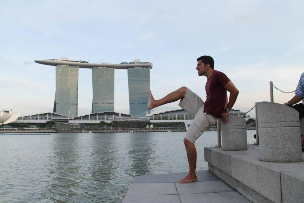 Bruno tentando derrubar o Marina Bay Sands, famoso hotel de Singapura - viagem pelo Sudeste Asiatico