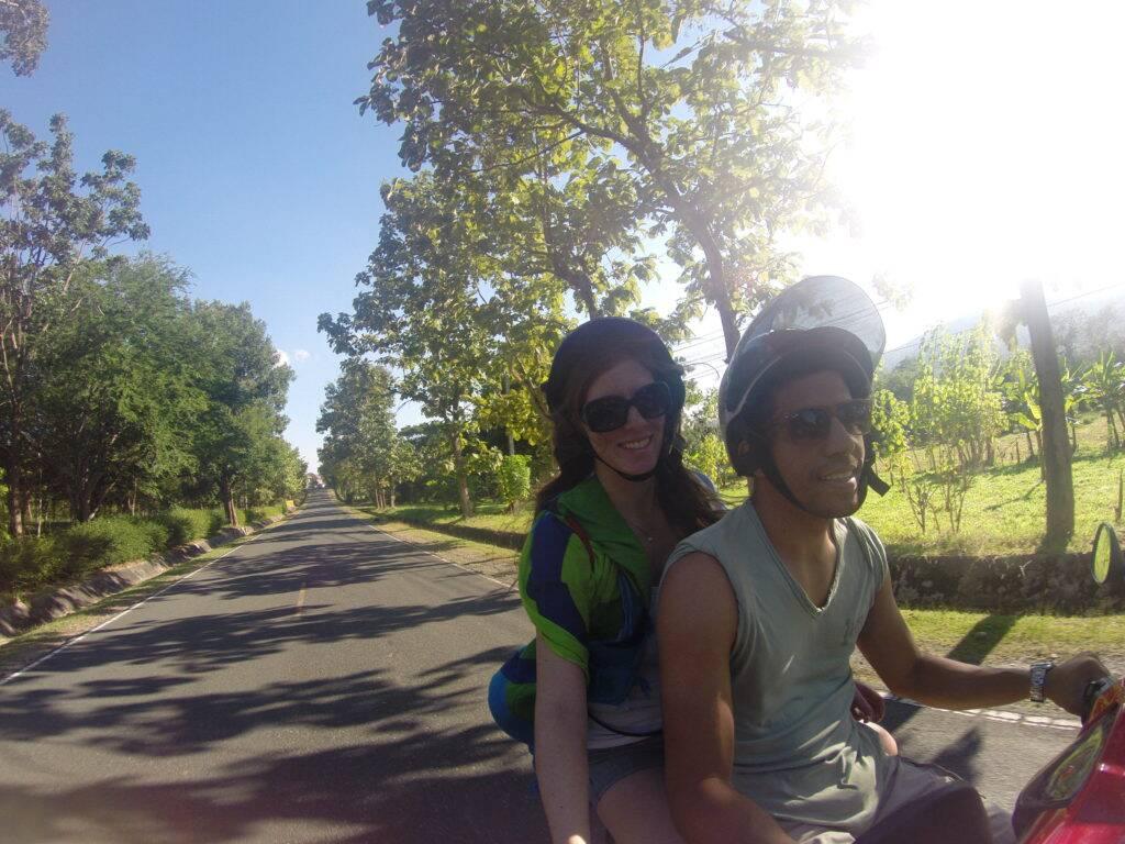 Nós andando com a nossa companheira de aventuras pelas ruas de Chiang Mai - viagem pelo sudeste asiatico