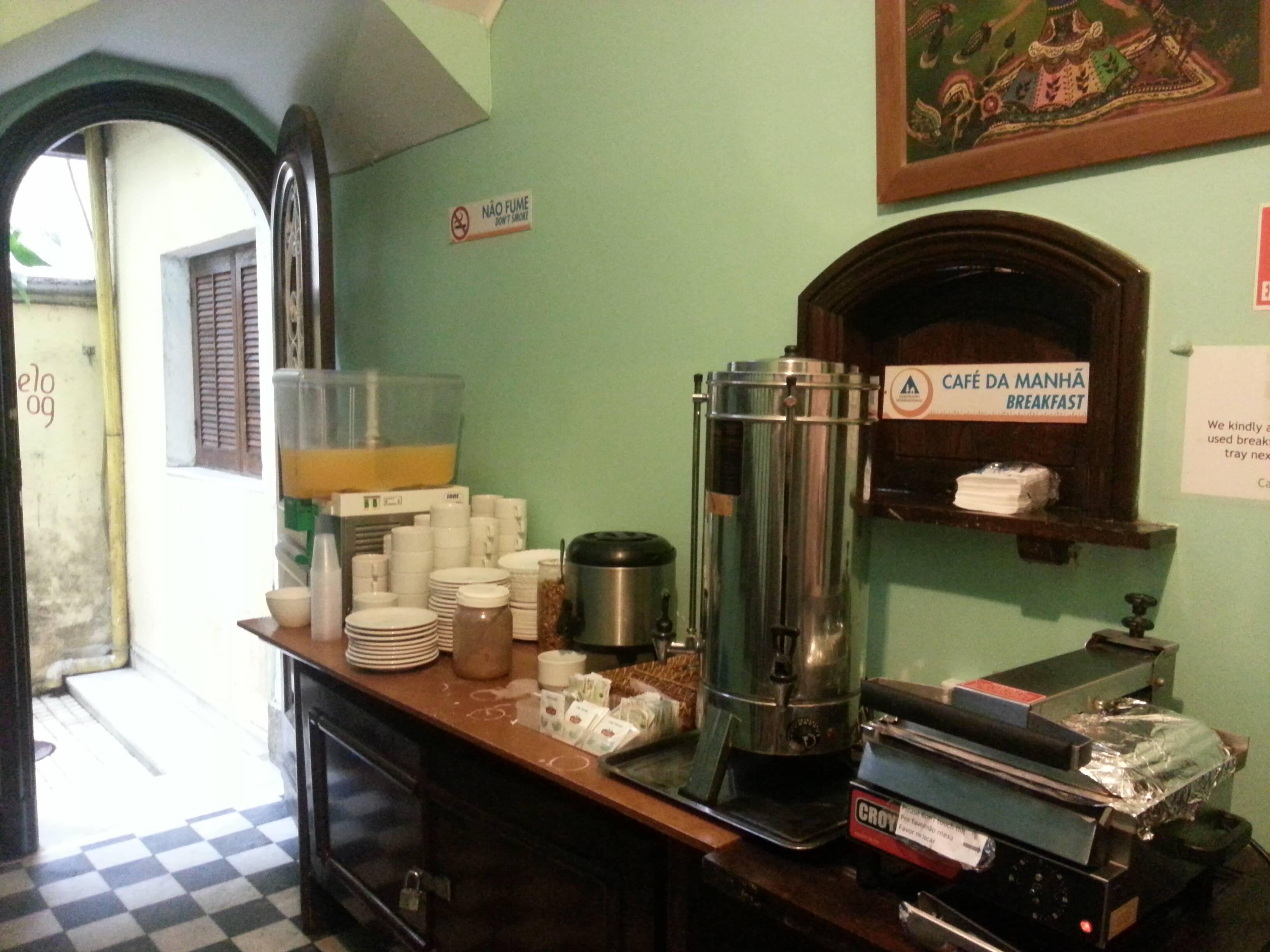 Parte de bebidas do café da manhã incluso na diária do hostel.